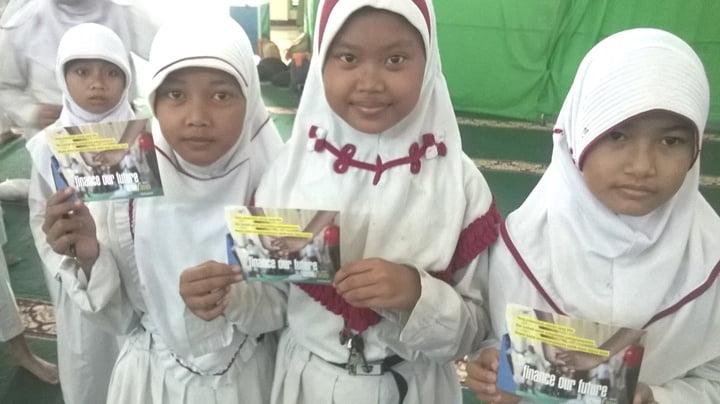 Anak-anak menuliskan harapannya untuk masa depan